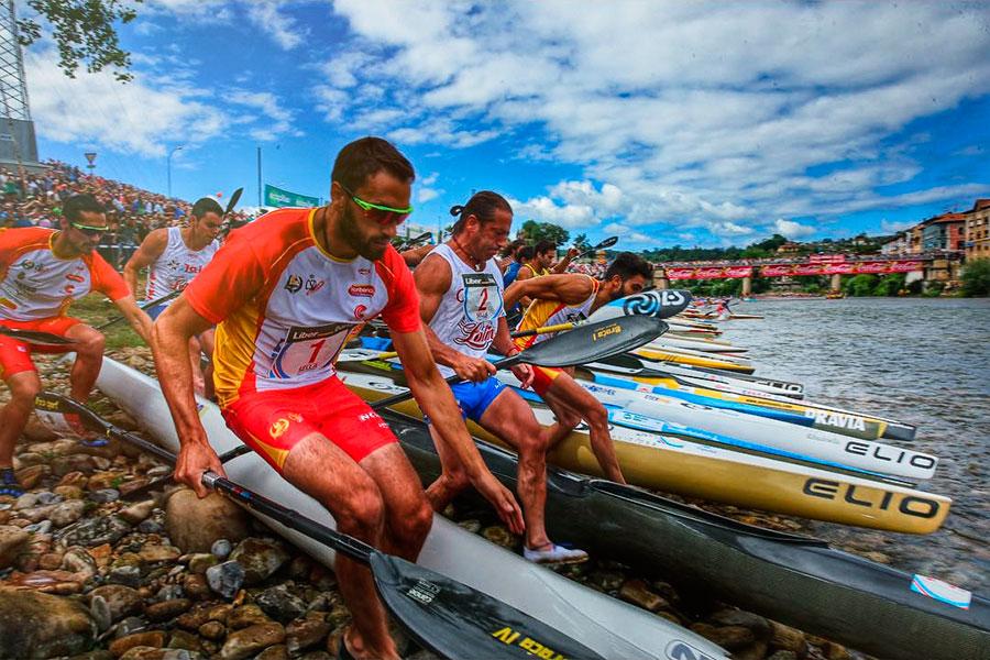Salida piragüistas en el río Sella