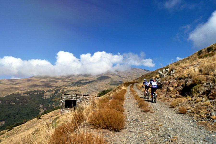 Ciclistas en Sierra Nevada