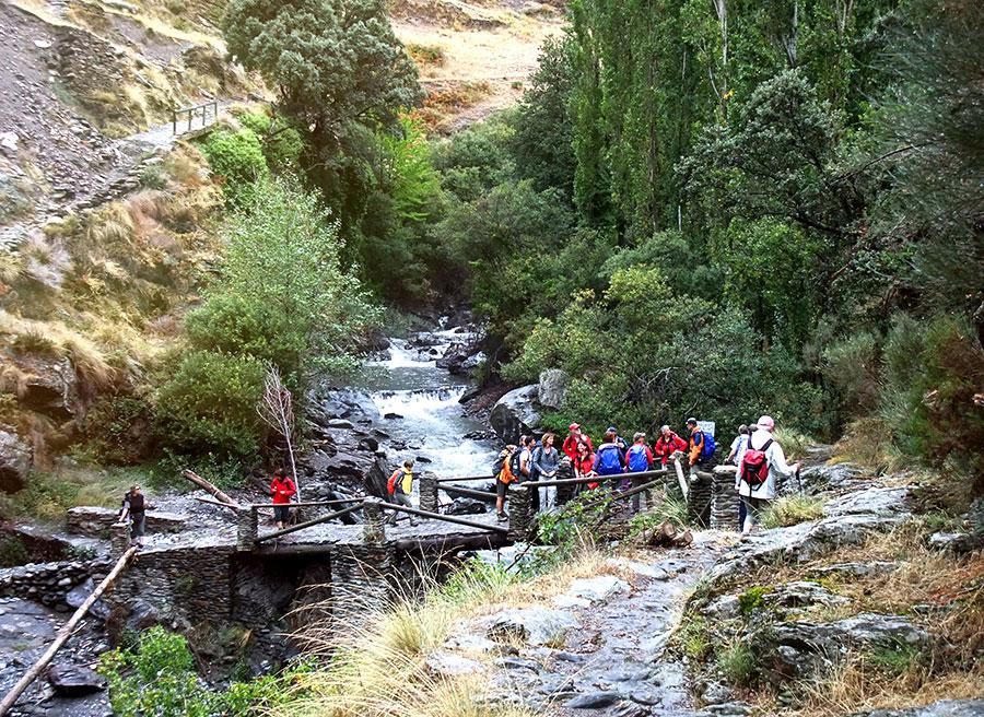 Grupo de excursionistas en el río Poqueira