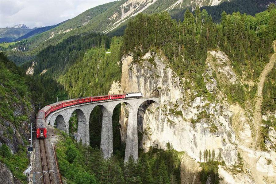 Bernina Express atravesando el viaducto de Landwasser